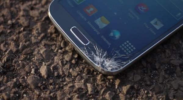بالفديو : اختبار سقوط هاتف جالاكسي إس 4 وآيفون 5 لمشاهدة من الاقوى