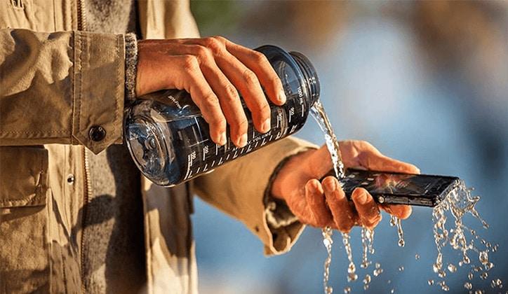 كيفية التعامل مع مشكلة سقوط الهاتف في الماء و طرق الحل 1