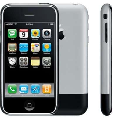 ظهر أول iPhone منذ حوالي 13 عاماً لأول مرة على منصة مسرح Macworld في مدينة San Francisco الأمريكية من قبل Steve Jobs الذي كان الرئيس التنفيذي للشركة في وقتها.